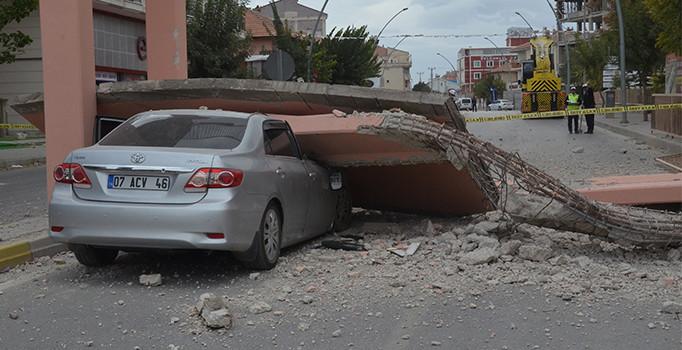 2020/11/1604316955_karamanda-vincin-carparak-yiktigi-ust-gecitten-kopan-beton-otomobilin-ustune-dustu-h1507621239-7943e1.jpg
