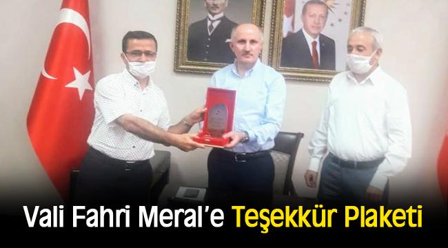 İstanbul Üniversitesi Siyasal Mezunlarından Vali Fahri Meral'e Teşekkür Plaketi