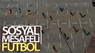Sosyal mesafeli futbol havadan görüntülendi