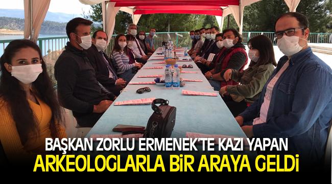 BAŞKAN ZORLU ERMENEK'TE KAZI YAPAN ARKEOLOGLARLA BİR ARAYA GELDİ