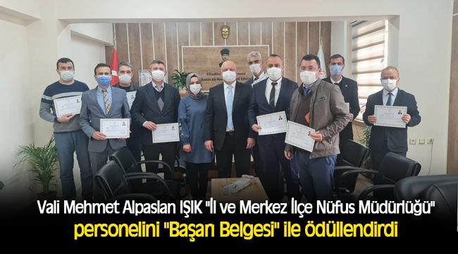 """Vali Mehmet Alpaslan IŞIK """"İl ve Merkez İlçe Nüfus Müdürlüğü"""" personelini """"Başarı Belgesi"""" ile ödüllendirdi"""